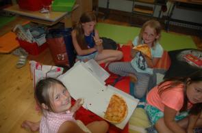 Wir teilen uns die Pizza